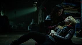 Nyssa al Ghul holds a poisoned Sara Lance