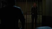 Dinah pyta Olivera, czy wyciągnąć go z aresztu