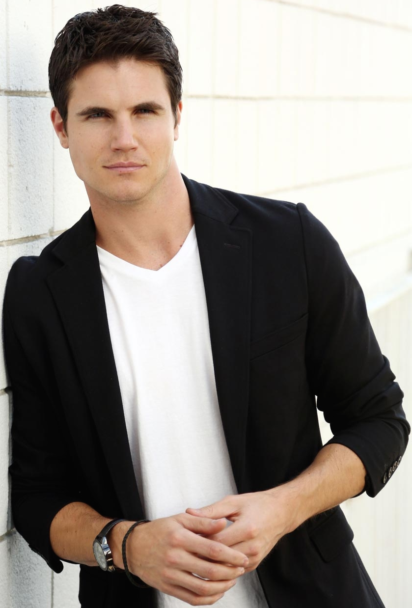 pictures Robbie Amell