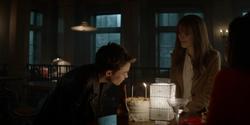 Kate assoprando as velas