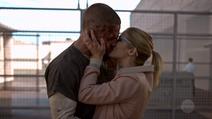 Oliver beija Felicity após ser solto