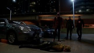 Flash, Nuclear e Arqueiro em pé sobre um derrotado Flash Reverso