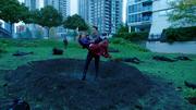 Citizen Steel ratuje Supergirl przed uderzeniem w ziemię