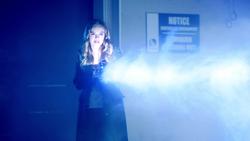 Caitlin atacando DeVoe