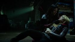 Nyssa al Ghul segurando Sara Lance