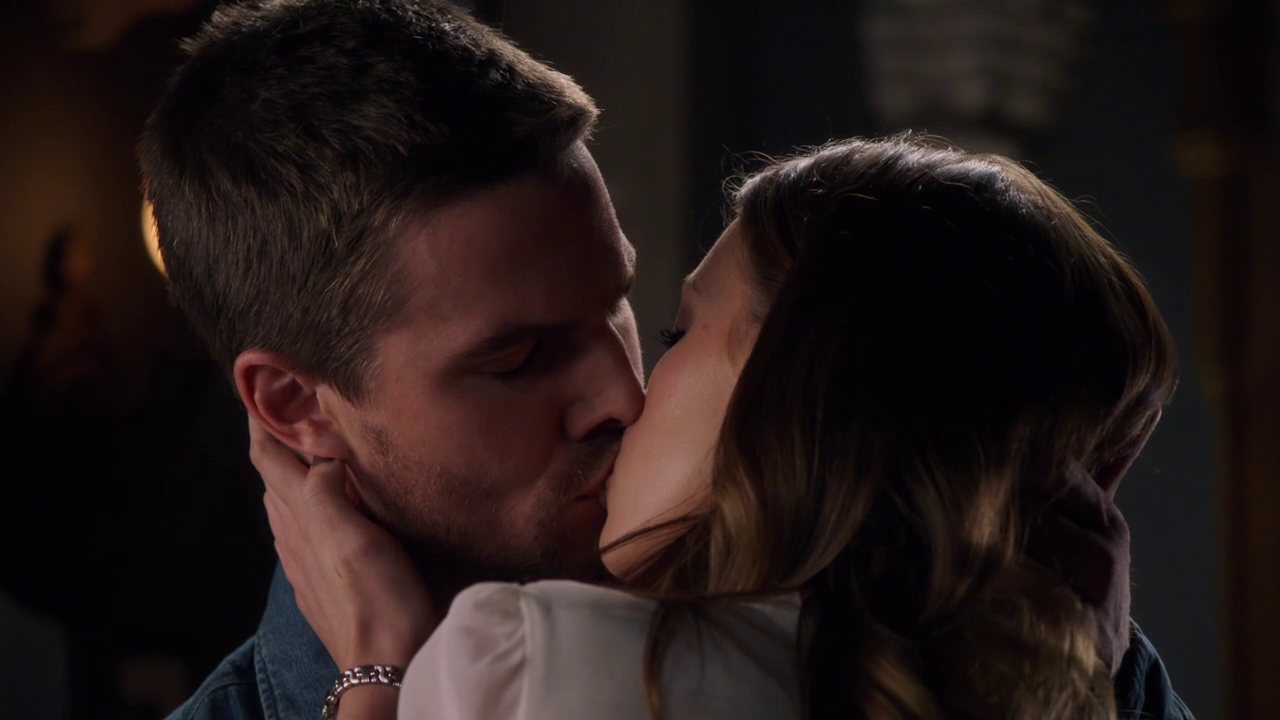 File:Oliver and Laurel kiss.png