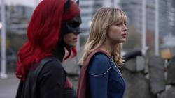 Batwoman e Supergirl em National City