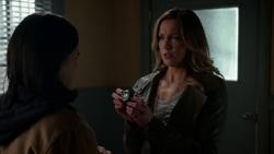 Laurel Lance shows Cisco her sister's sonic device