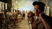 Nate Heywood obserwuje na planie filmowym Helenę Trojańską