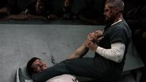 Oliver enfrentando Derek Sampson