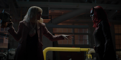Batwoman confrontando Alice