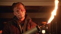 Lonnie Machin con máscara y lanzallamas