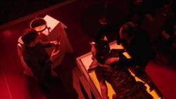 Vandal Savage recoge la sangre de Carter Hall