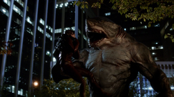 King Shark a punto de comerse a Barry