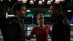 Oliver i John kłócą się o kaptur Zielonej Strzały