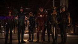 Equipos Arrow y Flash con Kendra y Carter tras derrotar a Vandal Savage