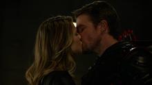 Oliver and Kara kissing