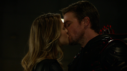 Oliver and Kara kissing