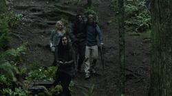 Oliver, Sara, Slade e Shado seguindo as coordenadas do hōzen