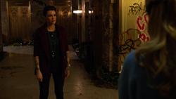 Kate conversando com Kara, Oliver e Barry