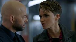 Kate confrontando Lex