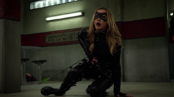 Laurel é esfaqueada por Damien