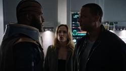 Novu sendo confrontado por Diggle e Sara