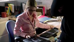 Oliver brings Felicity a bullet-ridden laptop