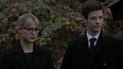 Kara e Barry no enterro de Oliver