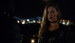 Black Siren talks to Green Arrow