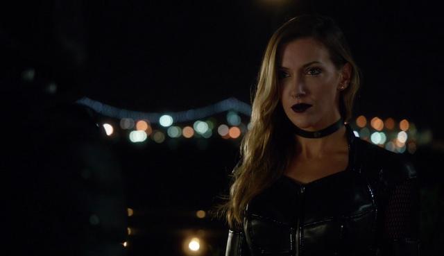 File:Black Siren talks to Green Arrow.png