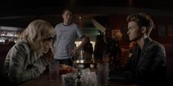 Beth y Kate en un restaurante