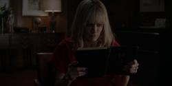 Alice descubre que el diario de Lucius está codificado