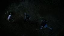 Jovens Sara e Ava lutando contra o Sthriga