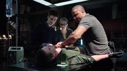 Three Ghosts - Barry, Felicity y Diggle intentan salvar a Oliver