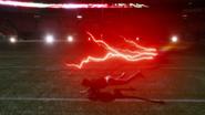 Flash Reverso correndo por um campo de futebol