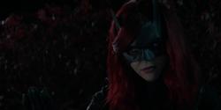 Batwoman recusando o policial
