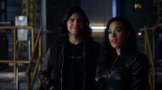 Gypsy i Cisco rozmawiają z Breacherem przed opuszczeniem Ziemi-1