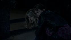 Kate protegendo Kara
