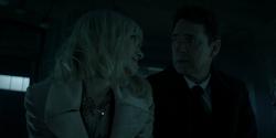 Alice felicita a su padre por tener dos hijas asesinas