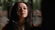 Nora opętana przez Mallusa atakuje Zari Tomaz (5)