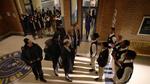 Uczniowie liceum Garfield próbują zatrzymać policję przed aresztowaniem dyrektora