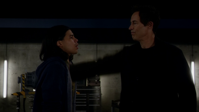 File:Eobard kills Cisco to protect his secret.png