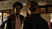 Curtis umawia się z Nickiem na randkę