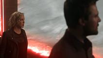 Laurel vendo a destruição da Terra-2