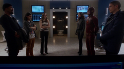 Rogue Air - Leonard y Lisa en STAR Labs con el Equipo Flash