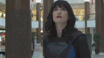 Supergirl (Alex Danvers) vendo o dragão