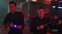 Barry e Ralph carregando as armas