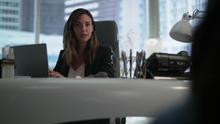 Samantha conversando com Ruby da mesa de Lena