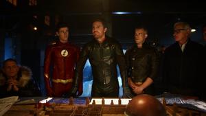 Oliver wraz z bohaterami z Ziemi-1 planuje ucieczkę z Ziemi-X